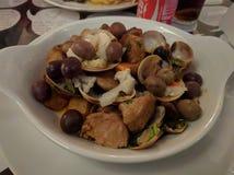 stew και θαλασσινά χοιρινού κρέατος που εξυπηρετούνται σε συμπαθητικά υγιή τρόφιμα πιάτων στοκ εικόνα