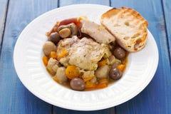 Stew κουνελιών με τα μανιτάρια και καρότο στο άσπρο πιάτο Στοκ εικόνες με δικαίωμα ελεύθερης χρήσης