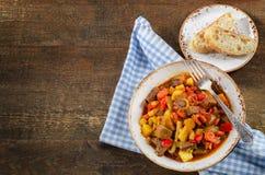 Stew κρέατος με τα λαχανικά στον αγροτικό ξύλινο πίνακα Στοκ φωτογραφίες με δικαίωμα ελεύθερης χρήσης