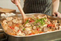 Stew μαγείρεμα στην ηλεκτρική τηγανίζοντας πανοραμική λήψη Στοκ φωτογραφίες με δικαίωμα ελεύθερης χρήσης