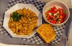 Stew μανιταριών με το μαϊντανό, τη σαλάτα ντοματών και το ψωμί Στοκ φωτογραφία με δικαίωμα ελεύθερης χρήσης