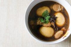 Stew χοιρινού κρέατος με τα αυγά στο κύπελλο Στοκ Εικόνα