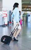 Steward (hôtesse de l'air) asiatique dans l'aéroport international d'Incheon Photos libres de droits