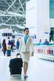 Steward (hôtesse de l'air) asiatique à l'aéroport international d'Incheon Photos stock