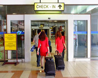 Stewarden die luchthaven ingaan Royalty-vrije Stock Afbeelding
