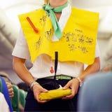 Stewardesa w samolocie obraz stock