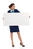 Stewardess воздуха держит белые чтение и кричать плаката Стоковая Фотография