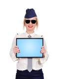 Stewardess держа сенсорную панель Стоковое Изображение RF