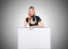 Stewardess женщины с пустой доской Стоковые Изображения