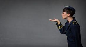 Stewardess blazende kussen met open hand royalty-vrije stock afbeelding