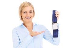 Stewardess, der Sicherheitsgurt darstellt Lizenzfreie Stockfotografie