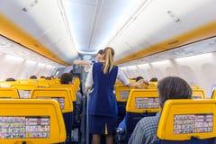 Stewardess het dienen passangers op Ryanair-vliegtuigvlucht op 14 van December, 2017 op een vlucht van Triëst tot Valencia Royalty-vrije Stock Fotografie