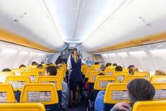 Stewardess het dienen passangers op Ryanair-vliegtuigvlucht op 14 van December, 2017 op een vlucht van Triëst tot Valencia Stock Foto's