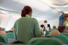 Stewardess im Flugzeug lizenzfreies stockfoto