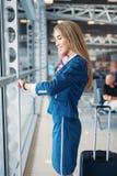 Stewardess med resv royaltyfri bild