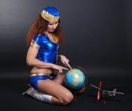 Stewardess met een bol en een vliegtuig Royalty-vrije Stock Fotografie