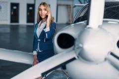 Stewardess mot propellermotorn av flygplanet fotografering för bildbyråer