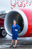 Stewardess och Boeing 737 Rossiya flygbolag, flygplats Pulkovo, Ryssland St Petersburg 11 November 2016 Arkivfoton