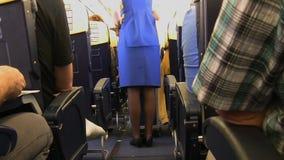 Stewardess och spårvagn stock video