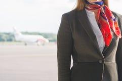 Stewardess op het vliegveld royalty-vrije stock afbeeldingen