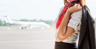 Stewardess op het vliegveld stock afbeeldingen