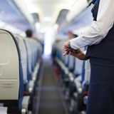 Stewardess på flygplanet Royaltyfri Fotografi
