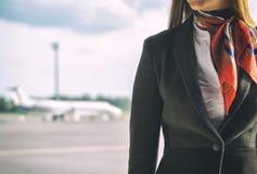 Stewardess på flygfältet Royaltyfri Foto