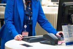 Stewardessen kontrollerar biljetten och passet fotografering för bildbyråer