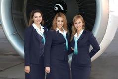 Stewardessen vor Motor Stockfoto