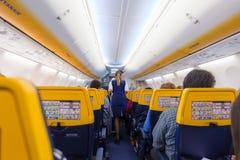 Stewardessportionpassangers på Ryanair flygplanflyg på 14th December, 2017 på ett flyg från Trieste till Valencia Fotografering för Bildbyråer