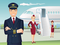 Stewards (hôtesse de l'air) de pilote et de lignes aériennes commerciales avec le fond de l'avion Photographie stock