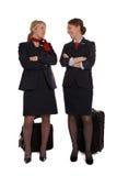 Stewards (hôtesse de l'air) parlant ensemble Photo stock