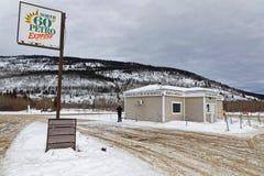 Stewart Crossing är en av den sista bensinstationen på den Klondike huvudvägen royaltyfri bild
