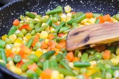 Stewed a découpé des légumes en tranches dans une casserole Photo stock