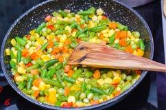 Stewed a découpé des légumes en tranches dans une casserole Photographie stock libre de droits