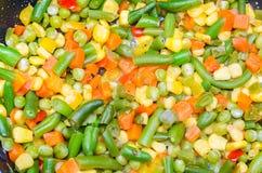 Stewed a découpé des légumes en tranches dans une casserole Photographie stock