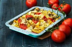 Stewed grule i dojrzali pomidory na drewnianym tle zdjęcie royalty free