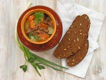 Stewed królik z warzywa Goulash w Miedzianym garnku na Drewnianej powierzchni, piec wołowiny mięso z marchewką, leek, cebula w ro Zdjęcia Stock