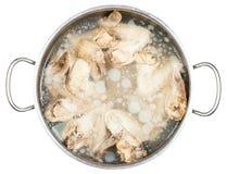 Stewpan com frio ferveu as asas de galinha no caldo Imagem de Stock Royalty Free