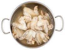 Stewpan z gotowanymi kurczaków skrzydłami odizolowywającymi Zdjęcie Royalty Free