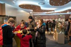 Steyr Österrike - December 2017: Folk inom Christkindlen Po royaltyfri foto