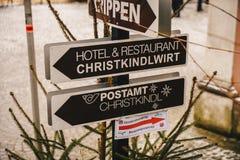 Steyr Österrike - December 2017: Tecken som pekar till julen arkivfoto
