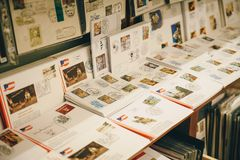Steyr, Αυστρία - το Δεκέμβριο του 2017: Γραμματόσημα και επιστολές μέσα στο CH στοκ εικόνες