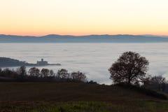 StFrancis教会阿西西,在雾, w海的意大利看法  库存图片