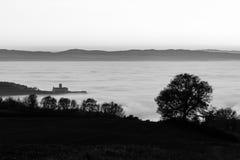 StFrancis教会阿西西,在雾, w海的意大利看法  图库摄影
