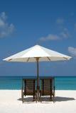Stühle auf dem Strand Stockbild