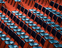 Stühle in einem Publikum Stockbild