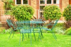 Stühle im Freienauf Rasen Lizenzfreie Stockfotos