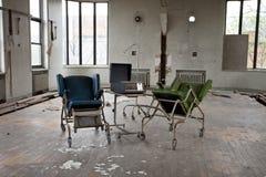 Stühle im leeren Raum Lizenzfreies Stockfoto