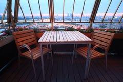 Stühle und Tabelle an der Terrasse in der Gaststätte Stockbild